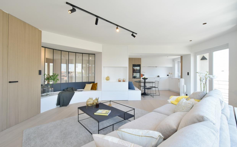 smeedijzeren ramen, casa nova interieur, lounge zetel, zwarte ramen,