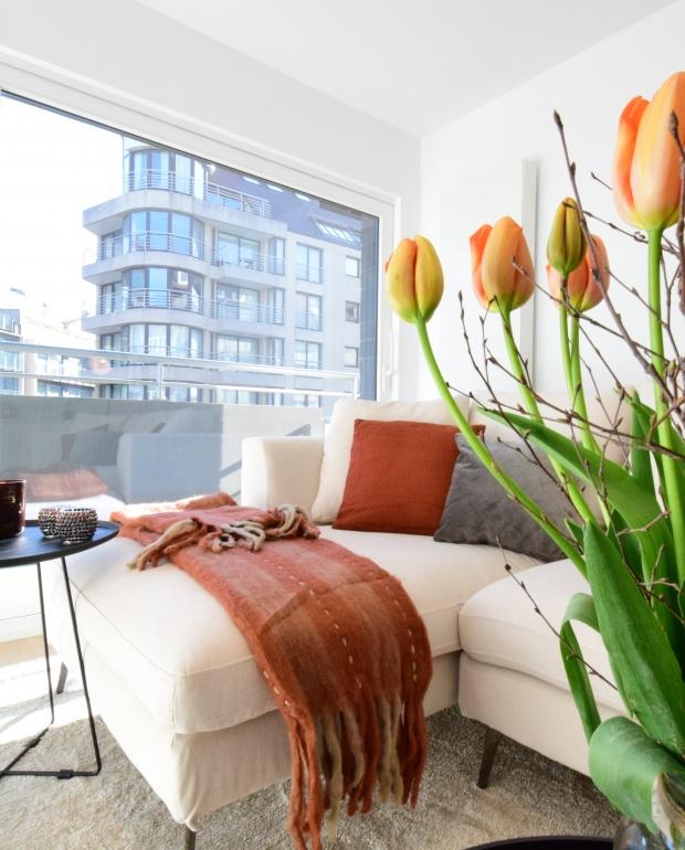 interflora, fleurop, oranje tulpen in interieur, casa nova vastgoedstyling, gezellig interieur appartement knokke