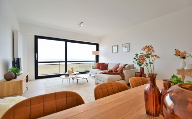 appartement te zeebrugge, omg zuiver, oranje designstoelen, seaside appartment, housestyling, propertystyling, vastgoedstyling, homestaging